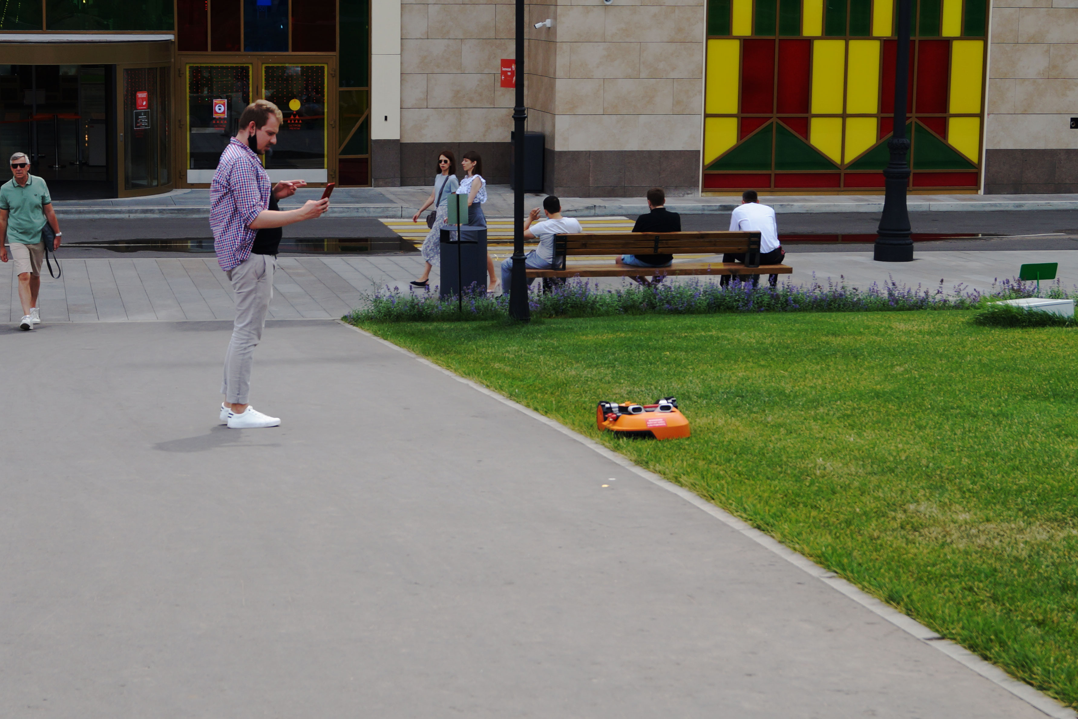 Посетители парка обращают на Landroid свое внимание и с большим интересом наблюдают за их работой