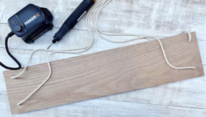 Повесьте полку и отрегулируйте веревку по длине, при необходимости используйте уровень.