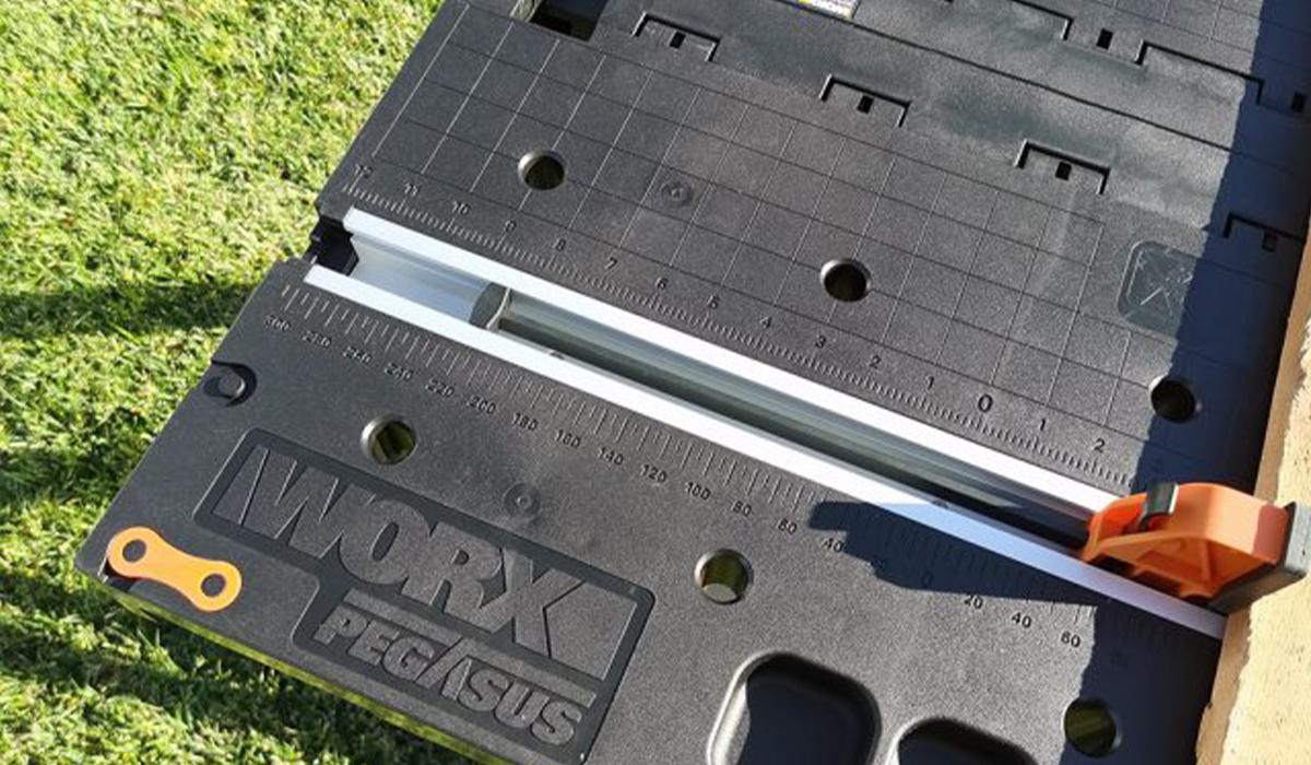 Встроенная в стол измерительная шкала поможет выполнить работу с материалами с точностью до миллиметра!