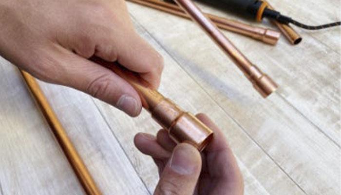 Добавьте опорные защитные соединения сверху и снизу для ножек подставки.