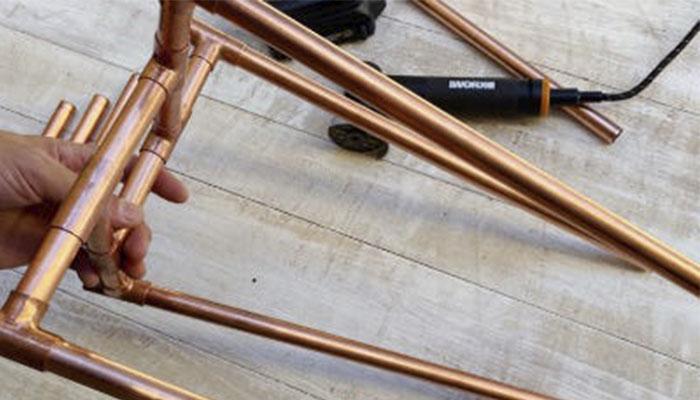 Соберите ножки подставки, добавив части трубы по 40 см. и 10 см. по обе стороны от T-конструкции, прикрепляя их к базе. Убедитесь, что элементы конструкции получаются ровными, чтобы подставка была устойчивой в                 вертикальном положении.
